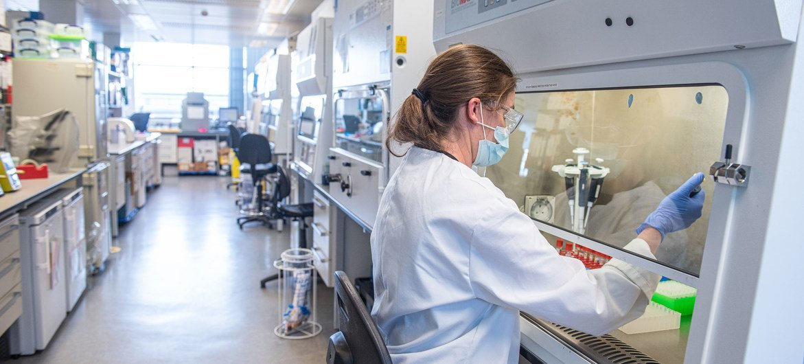 由牛津大学与阿斯利康公司合作推出的新冠疫苗已在英国获得使用许可。