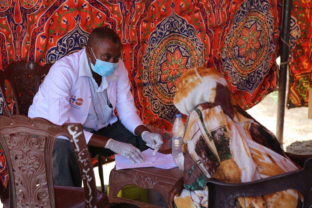 Une femme réfugiée originaire du Tigré, en Ethiopie, reçoit des services de santé au camp de transit à Hamdayet, au Soudan.