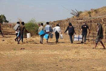 Artículos de ayuda humanitaria llegan a Um Raquba en Sudán, donde han huido civiles etíopes escapando de los combates en Tigray.