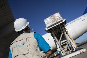 Funcionário do Unicef vendo suprimentos contra Covid-19 chegar na Venezuela