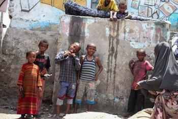 أطفال ينتظرون دورهم في الحصول على لقاح ضد شلل الأطفال في مقديشو بالصومال.