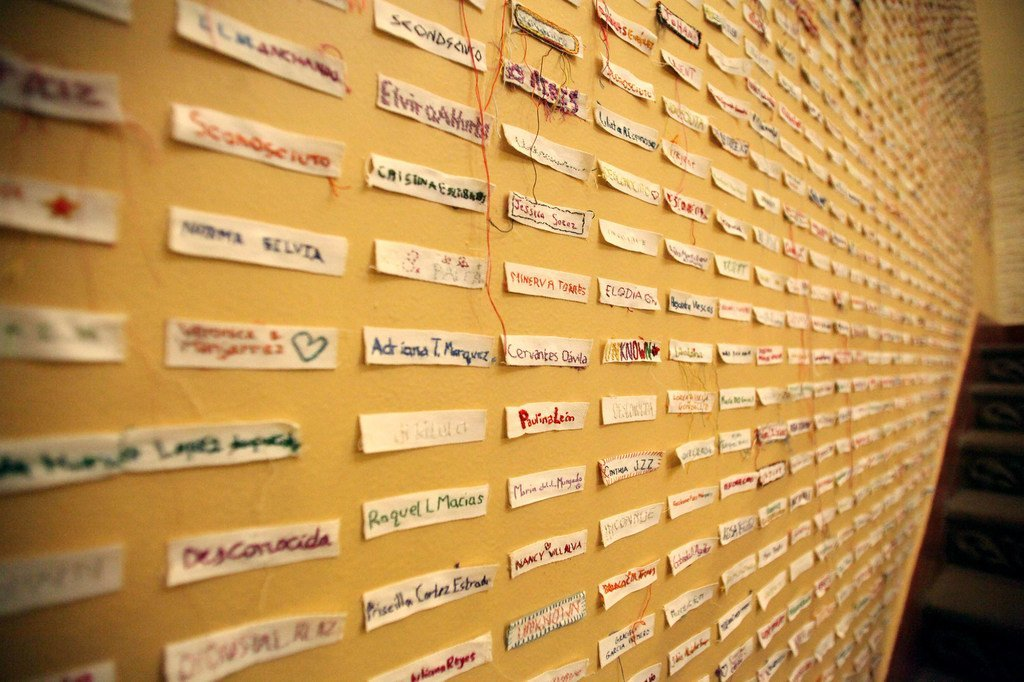在墨西哥的一个展览会,这些令人触目惊心的标签上注有杀害女性案件中被害女性受害者的名字。