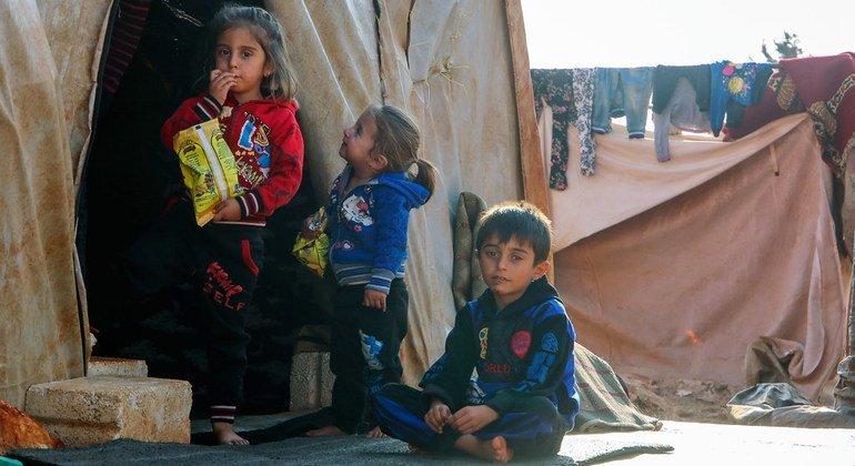 Niños resguardándose del frío en un campamento improvisado en Killi, Siria, cerca de la frontera con Turquía.
