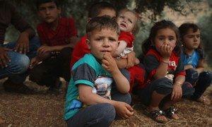 叙利亚儿童在一棵树下休息。他们的家人在靠近土耳其边境的伊德利卜市以北45公里的阿克拉巴特(Aqrabat)村搭建了临时营地。