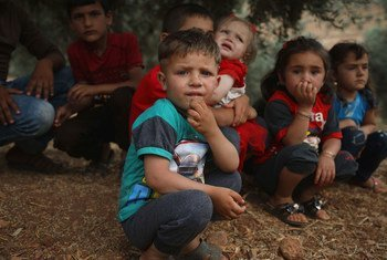 watoto wakipumzika chini ya mti nchini Syria.Familia zao zimeweka mahema katika kambi ya wakimbizi kwenye kijiji cha Aqrabat , kilimeta 45 kutoka mjini Idlib karibu na mpaka na Uturuki