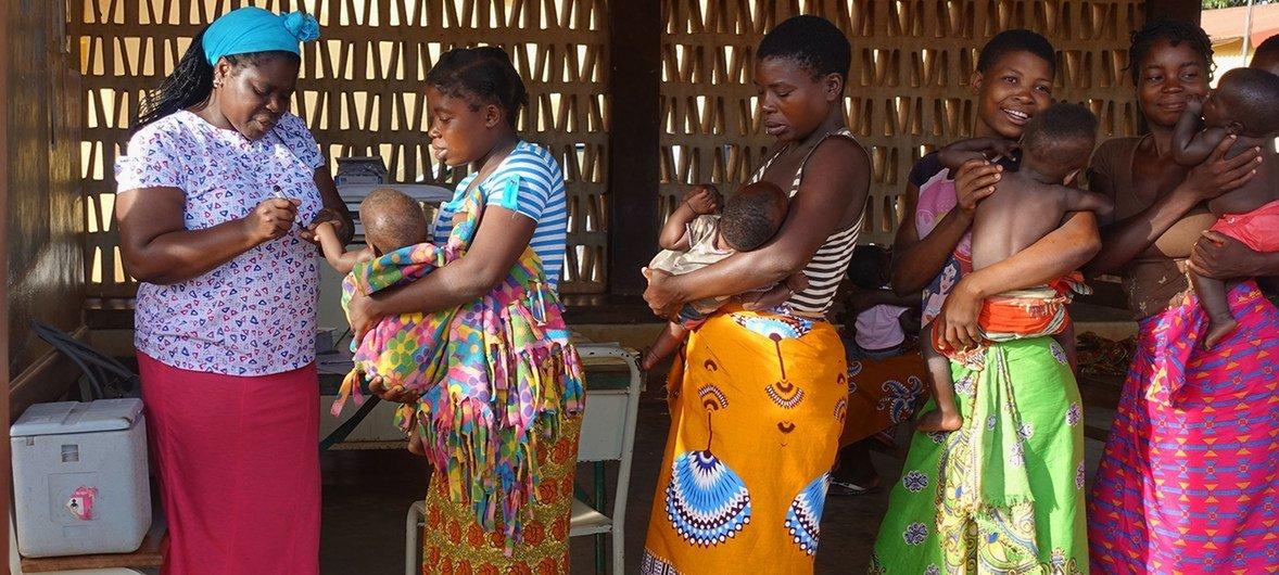 Campanha de vacinação contra a poliomielite em Moçambique, no distrito de Molumbo.