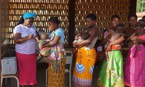 作为莫桑比克全国脊髓灰质炎免疫项目的一部分,该国西部赞比西亚省的几位母亲带着孩子来到一间流动诊所进行脊髓灰质炎免疫接种。