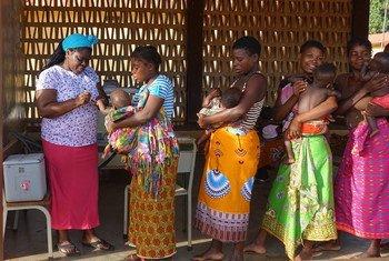 मोज़ाम्बीक़ में पोलियो टीकाकरण अभियान के तहत बच्चों को ख़ुराक दी जा रही है.