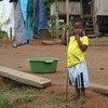 إكوادور: طفل يقف أمام منزله في منطقة أسست بها يونيسف مدرسة بالتعاون مع الكنيسة الكاثوليكية