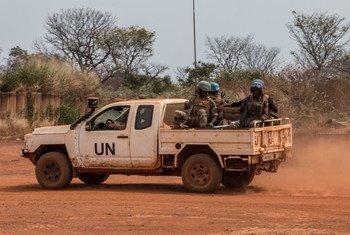 联合国维和人员在中非共和国的班巴里镇巡逻。