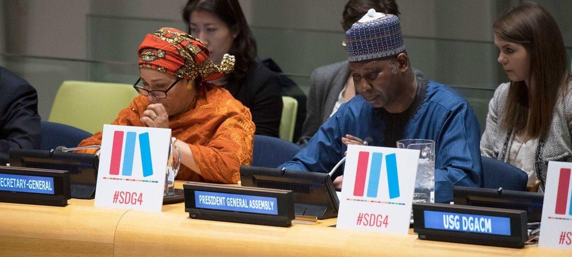 أمينة محمد نائبة الامين العام للأمم المتحدة(يسار)، ورئيس الجمعية العامة للأمم المتحدة تيجاني محمد باندي، خلال الحوار التفاعلي رفيع المستوى، الذي عقد في مقر الأمم المتحدة في نيويورك، بمناسبة اليوم الدولي للتعليم.