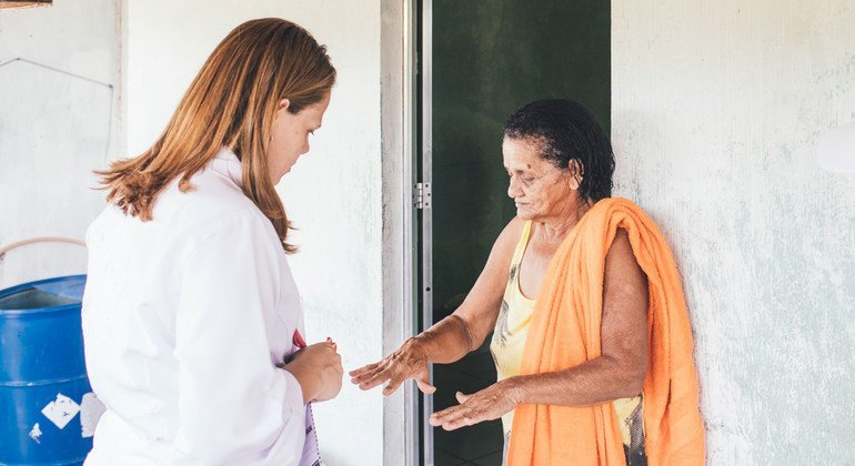 Una trabajadora de salud visita comunidades en Brasil para concienciar sobre la prevención y el control de la lepra.