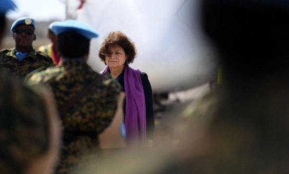 Rosemary DiCarlo inspecciona a un guardia de honor durante su llegada al aeropuerto internacional de Somalia.