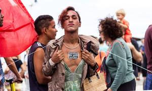 """WellDonna Taiz Coelho defende seus direitos pelas ruas do Rio de Janeiro, com um adesivo no peito que diz """"parem de nos matar""""."""