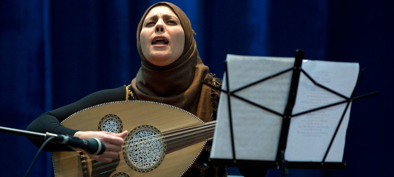 在巴塞尔·阿萨德文化中心,歌手哈南·查拉内克(Hanan Charanek)为国际妇女节庆祝活动在演出。
