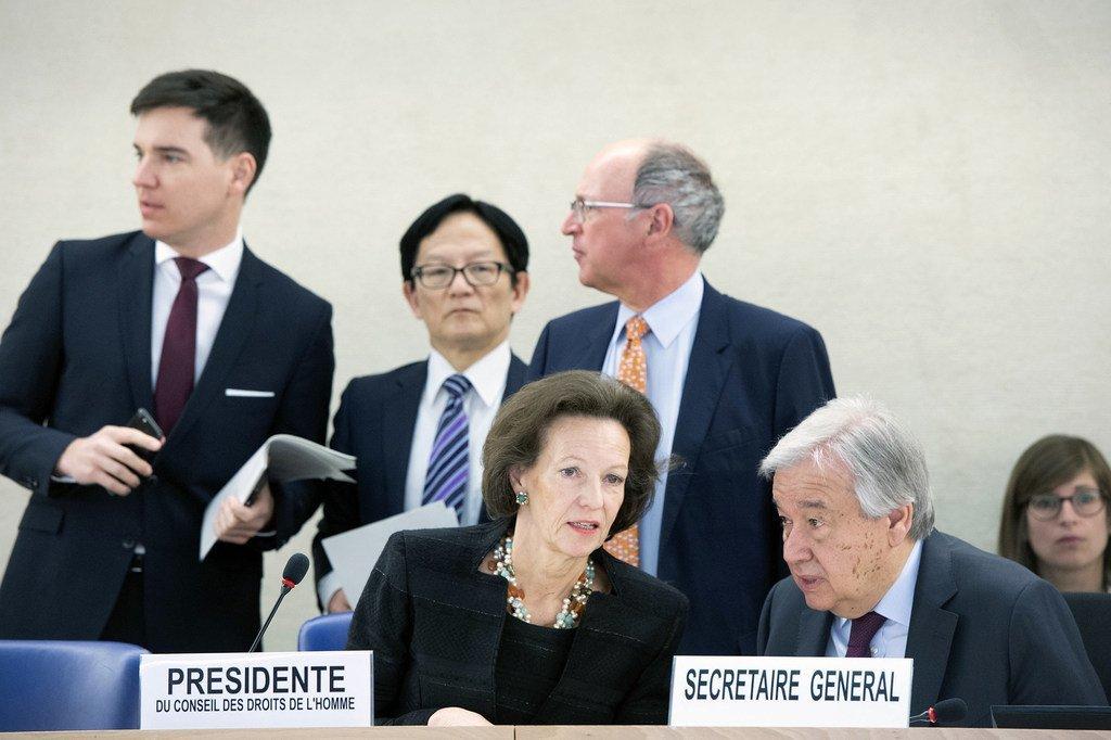 Elisabeth Tichy-Fisslberger (kushoto aliyeketi) Rais wa Baraza la Haki za Binadamu akizungumza na Katibu Mkuu wa UN António Guterres kwenye mkutano wa Baraza hilo Geneva Uswisi.