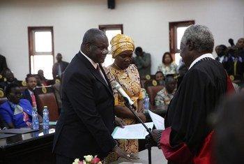 ريك مشار (يسار) يؤدي اليمين كنائب أول لرئيس جنوب السودان في حفل أقيم في جوبا في 22 شباط/فبراير 2020.