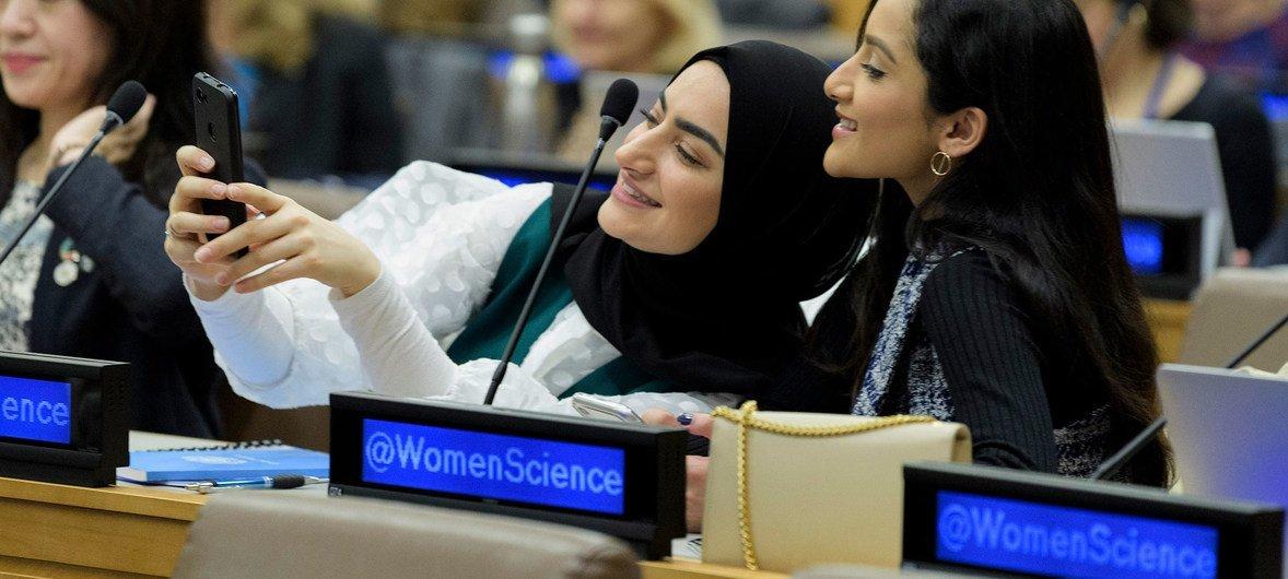 女性参加了在数字化时代促进可持续发展的科学、技术和创新平等投资活动。