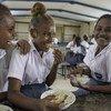 Entre 2013 e 2020, o número de alunos recebendo merenda cresceu 9% globalmente e 36% em países de baixa renda