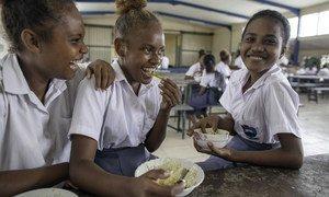 所罗门群岛首都霍尼亚拉的学生正在吃午餐(资料图片)。