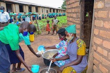Estos estudiantes reciben su almuerzo escolar en el norte de Uganda.