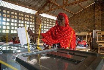 Mulher votando nas eleições de dezembro, que incluíram o primeiro turno da votação parlamentar e a eleição presidencial