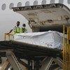घाना की राजधानी अकरा में कोटोका अन्तरराष्ट्रीय हवाई अड्डे पर कोविड-19 टीकों की पहली खेप पहुँची.