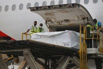 Du personnel décharge la première cargaison de vaccins anti-Covid-19 distribués par COVAX à l'aéroport international de Kotoka à Accra, la capitale du Ghana.
