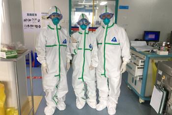 在中国南方湛江市广东医科大学的冠状病毒隔离区,在查房前身穿全套防护服的医生。