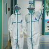 Trabajadores de la salud con los equipos de protección contra el coronavirus en el centro médico universitario de Guangdong, China