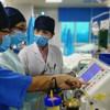 位于湛江的广东医科大学附属医院重症医学科副主任医师张媛莉(左三)在工作中。