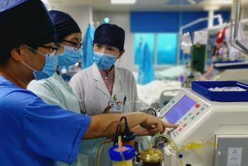 गुआंगडोंग चिकित्सा विश्वविद्यालय के सघन चिकित्सा विभाग में काम करते डॉक्टर जहाँ कोविड-19 के मरीज़ों का इलाज किया जा रहा है.