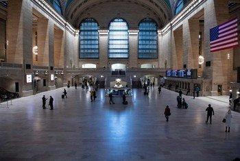 न्यूयॉर्क सिटी के बेहद व्यस्त रहने वाले ट्रेन स्टेशन ग्रैंड सैंट्रल का एक नज़ारा. कोविड-19 के कारण यहाँ भीड़ बहुत कम हो गई है.
