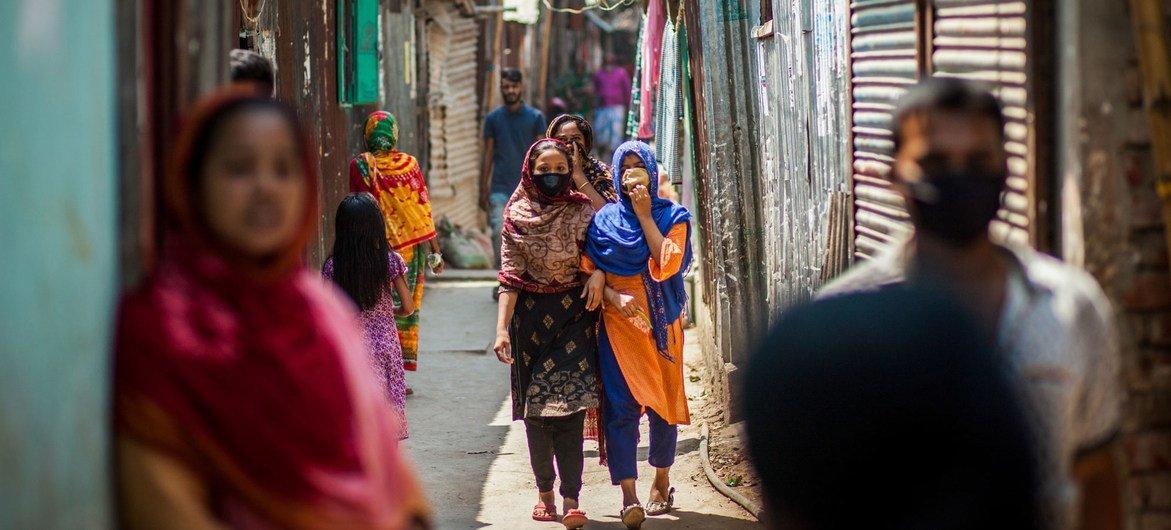 孟加拉国的百姓戴上口罩防控新冠疫情。