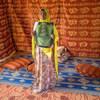 في معسكر للاجئين في جيبوتي، لاجئة صومالية مصابة مصابة بمرض السل منذ 2017، تحمل صورة أشعة لصدرها