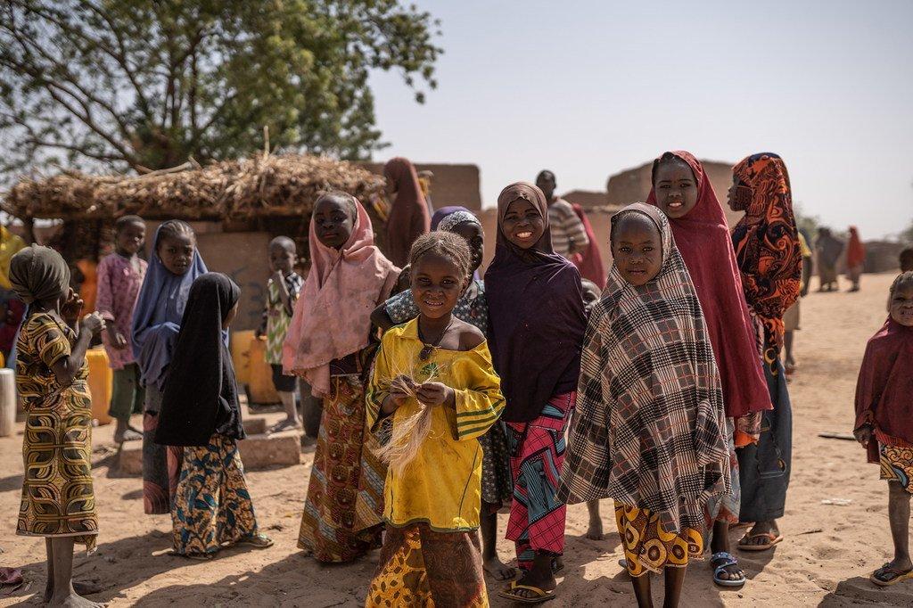 Watoto wakimbizi wakichota maji katika eneo la Maradi Niger.