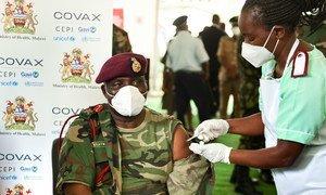 马拉维国防军的一位高级指挥官在接种新冠疫苗。