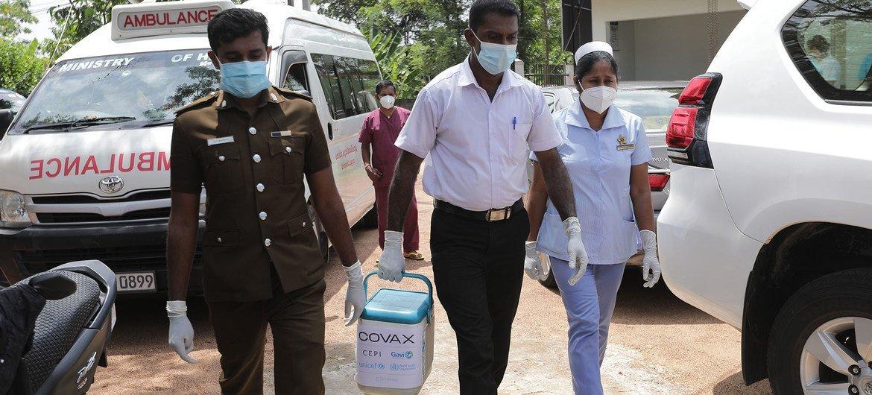 Les vaccins AstraZeneca COVID-19 sont livrés au Sri Lanka dans le cadre de l'initiative COVAX.