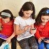 Niñas usando sus dispositivos digitales en Turquía.