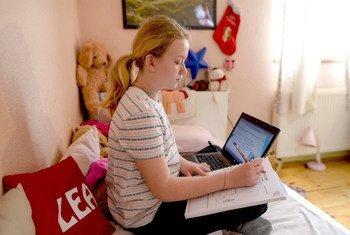 联合国儿童权利委员会今天就在数字环境中保障儿童权益提出一般性意见。图为北马其顿首都斯科普里的一名10岁女童正在家中上网课。
