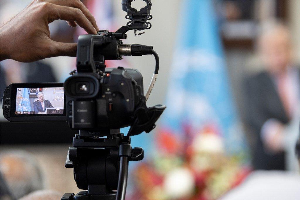 Le Secrétaire général de l'ONU, António Guterres (sur l'écran), lors d'une conférence de presse virtuelle.