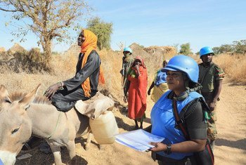 达尔富尔混合行动维和人员在中达尔富尔州扎林盖以南的奥罗库姆村农业区为当地妇女提供保护。