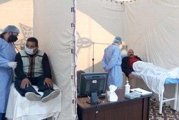 يدعم برنامج الأمم المتحدة الإنمائي في الأردن الشركاء المحليين من خلال إقامة خيمة لغرفة الطوارئ مع معدات الوقاية الشخصية والمعدات الأخرى في مستشفى البشير.