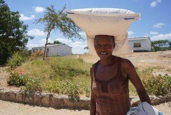 Zimbabwe: Rebecca mama wa watoto watano. Picha: WFP / Claire Nevill