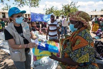Mwakilishi wa UNICEF nchini Msumbiji, Maria Luisa, (kushoto) akigawa vyandarua vya mbu kwenye kambi ya wakimbizi wa ndani ya Nangua iliyoko Metuge jimboni Cabo Delgado.