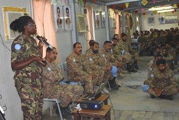 Steplyne Nyaboga, Casque bleue kenyan, donne une formation de base sur l'égalité des sexes aux troupes pakistanaises au Darfour. (archives)