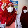 В ООН призывают богатые страны делиться вакцинами с бедными. На фото: медсестра в Сомали собирается сделать прививку своей коллеге.