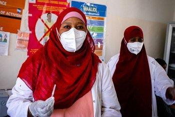 Un agent de santé se prépare à administrer le vaccin anti-Covid-19 à une collègue d'un hôpital à Mogadiscio, en Somalie (photo d'archives).