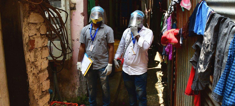 भारत के मुम्बई शहर में स्वास्थ्यकर्मी, कोविड-19 टीकाकरण जागरूकता अभियान में जुटे हैं.