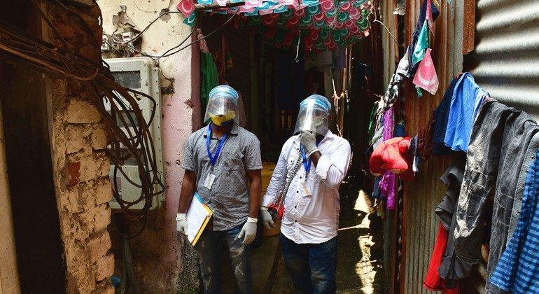 印度孟买的医务人员正在社区开展新冠疫苗接种宣传活动。